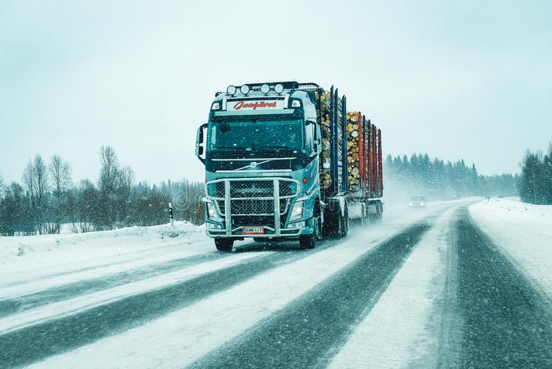 Weg van de vrachtwagen de houten Sneeuwwinter in Finland in de EU van Lapland stock foto's