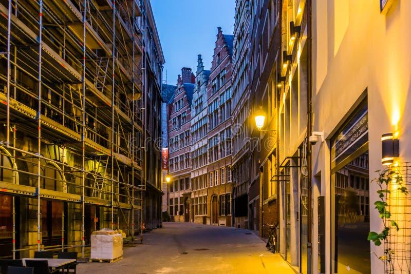 Weg van een aangestoken stadssteeg in de stad van Antwerpen 's nachts, Belgisch architectuur en straatlandschap, Antwerpen, Belgi royalty-vrije stock afbeelding