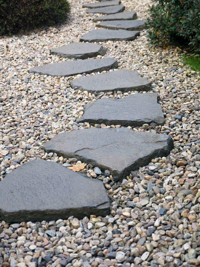 Weg van geplateerde stenen op grintbed in Japanse Tuin royalty-vrije stock foto's