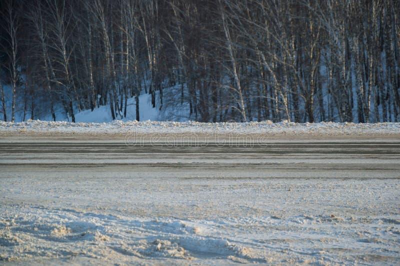 Weg van het de winter de Stedelijke landschap aan de kant in de bergen en het bos stock afbeelding
