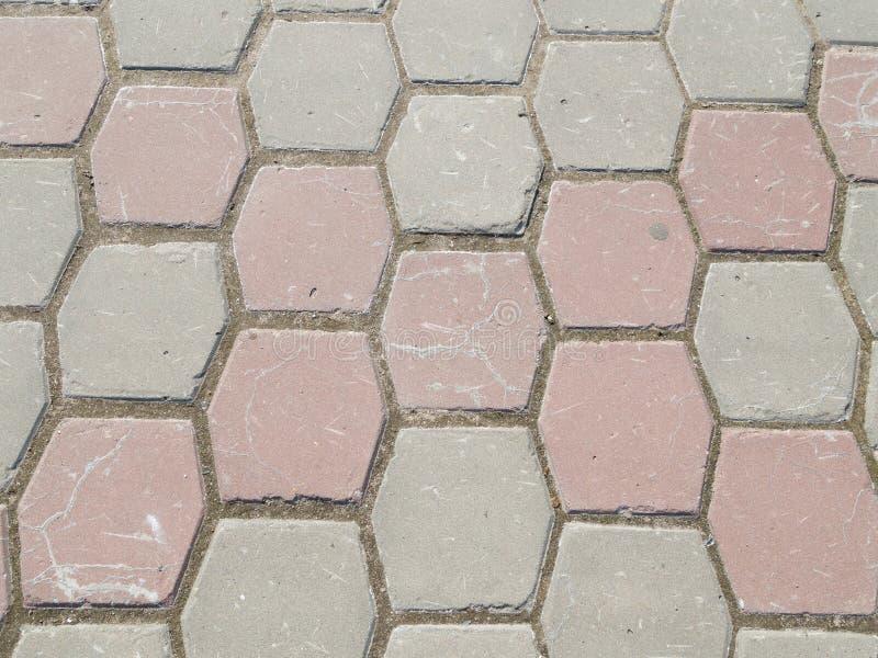 Weg van hexagonaal gekleurd beton stock afbeeldingen