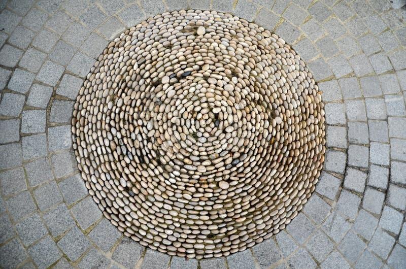 Weg van kei Cirkel van kleine witte cobbestones in het midden van grijze keibestrating royalty-vrije stock afbeelding