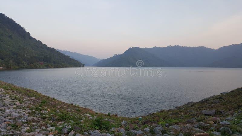 Weg van kiezelsteen met het meer in de avond tijd, de dam van Thailand royalty-vrije stock foto