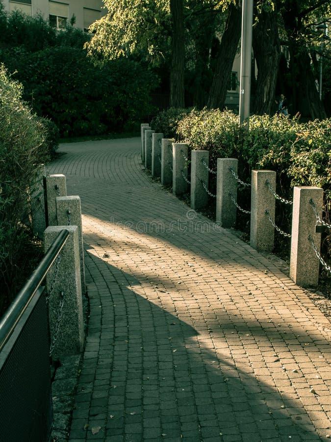 Weg von den Pflastersteinen im Park stockfoto