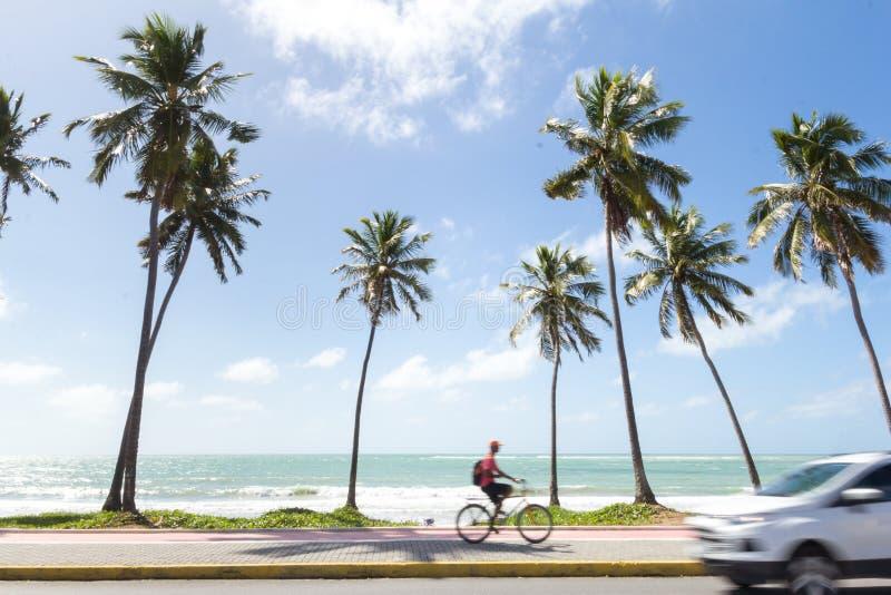 Weg voor de kustauto die en fietser het lopen overgaan royalty-vrije stock foto