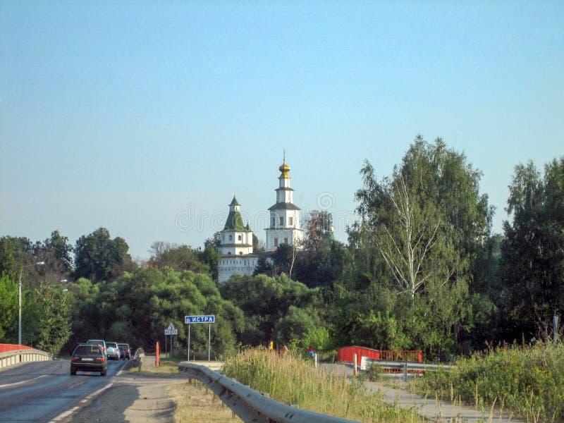 Weg voorbij het klooster met een hoge tempel op een Zonnige dag royalty-vrije stock afbeelding