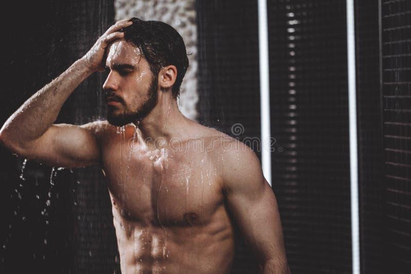 Weg wadend problemen jong mannetje wat betreft zijn hoofd onder douche stock afbeeldingen