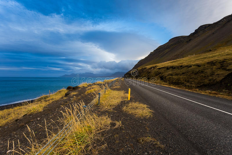 Weg in West-IJsland bij zonsondergang royalty-vrije stock foto