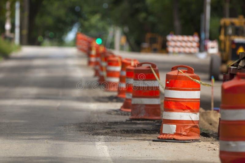 Weg woker, kegel en verkeersteken die op witte achtergrond wordt geïsoleerd stock foto's