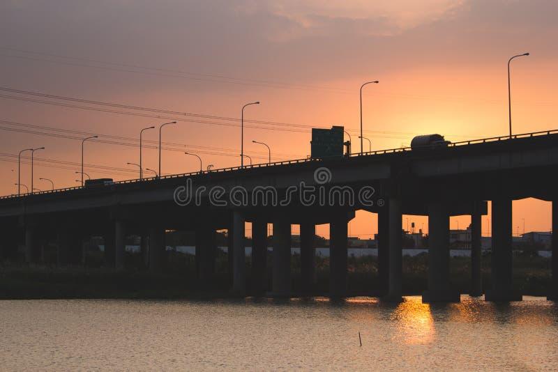 Weg in zonsondergang stock afbeeldingen