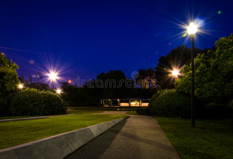 Weg zu George Mason Memorial nachts in Washington, DC stockfotos