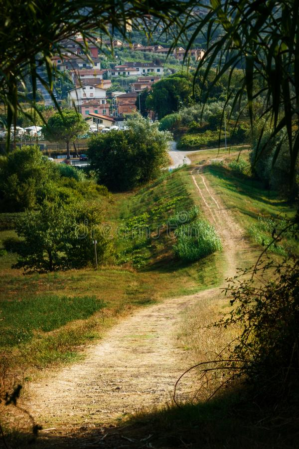 Weg zum Dorf lizenzfreie stockfotos