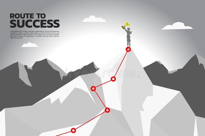 Weg zum Erfolg Schattenbild der Geschäftsfrau mit Meistertrophäe auf die Oberseite des Berges stockfoto