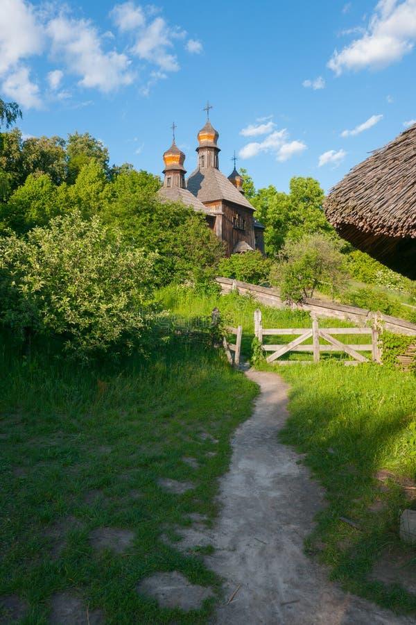 Weg zum Hügel zu einer hölzernen antiken barocken Kirche Uzhhorod Ukraine stockfoto