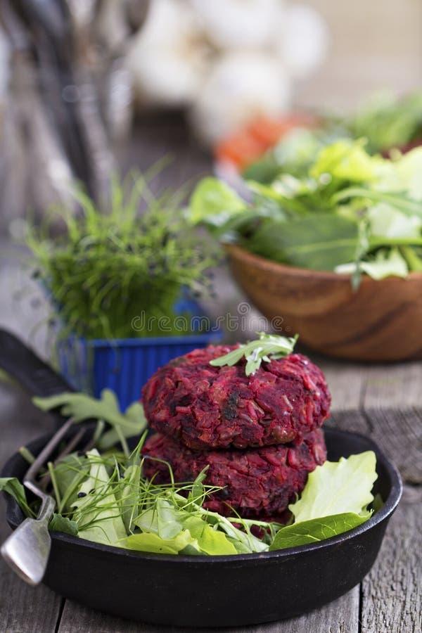 Weganinów hamburgery z beetroot i czerwonymi fasolami obrazy stock