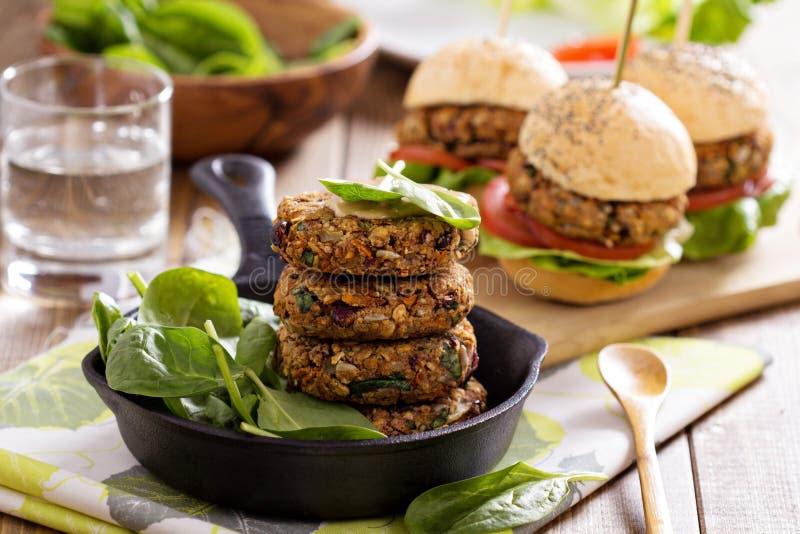 Weganinów hamburgery z fasolami i warzywami obraz stock