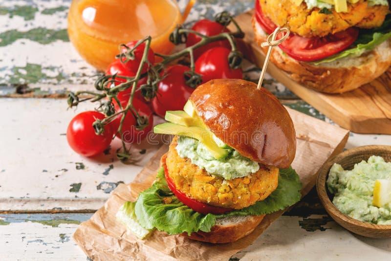 Weganinów hamburgery z marchewką obraz stock