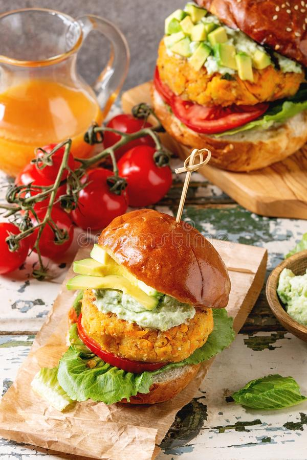 Weganinów hamburgery z marchewką zdjęcie stock