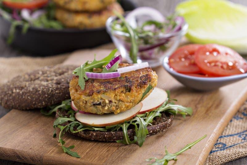 Weganinów hamburgery z quinoa i warzywami zdjęcie royalty free