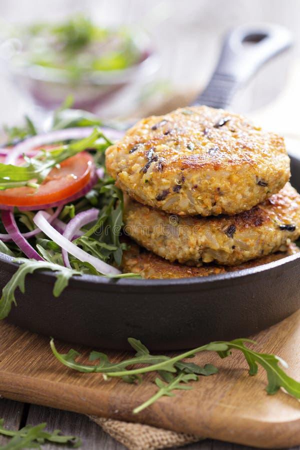 Weganinów hamburgery z quinoa i warzywami zdjęcia stock