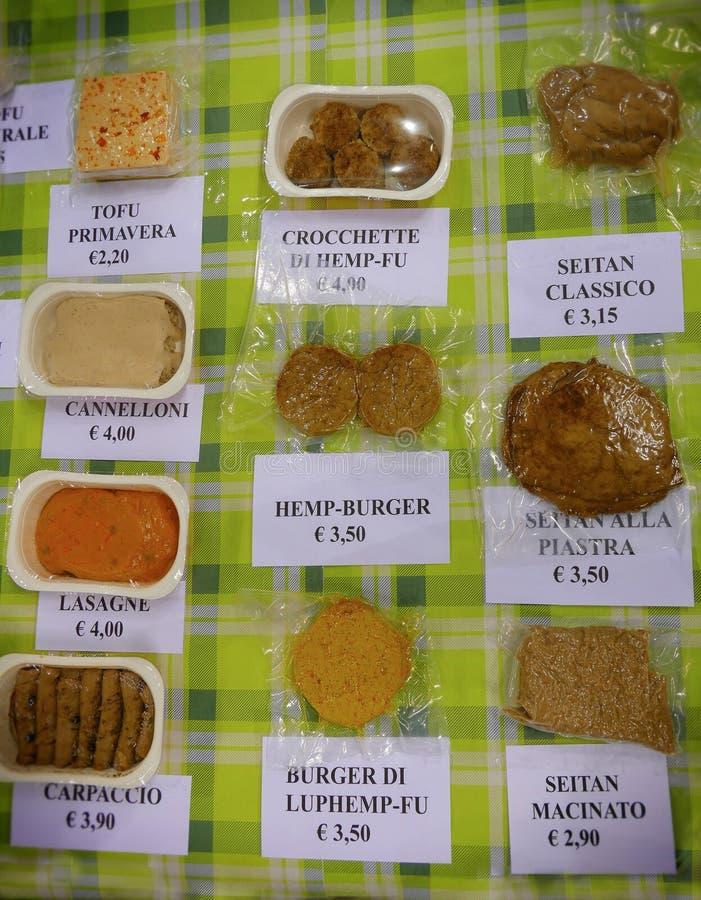 Weganinów produktów jarmark dokąd rolnicy i firmy pokazują ich produkty konsumenta Seitan sobstitute mięso obrazy royalty free