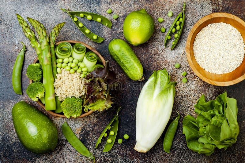 Weganin, detox Buddha pucharu zielony przepis z quinoa, ogórek, brokuły, asparagus i słodcy grochy, zdjęcie stock