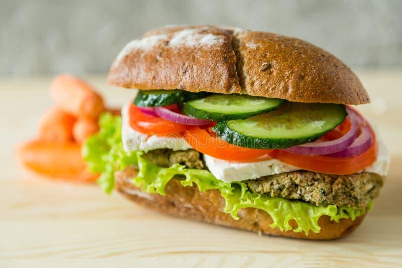 Weganin kanapka w lunchu pudełku z marchewkami i dokrętkami obrazy royalty free