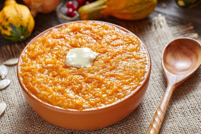 Weganin owsianki dyniowego ryżowego puddingu śniadaniowy domowej roboty cukierki piec deserowego zdrowego organicznie diety jedze zdjęcie stock