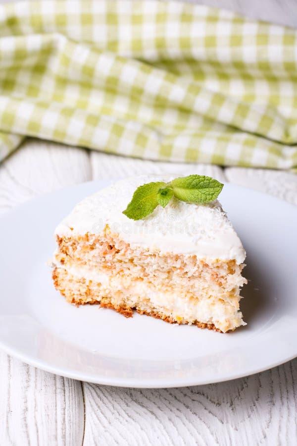 Weganin, surowy marchwiany tort z cocos zdrowa żywność obraz royalty free