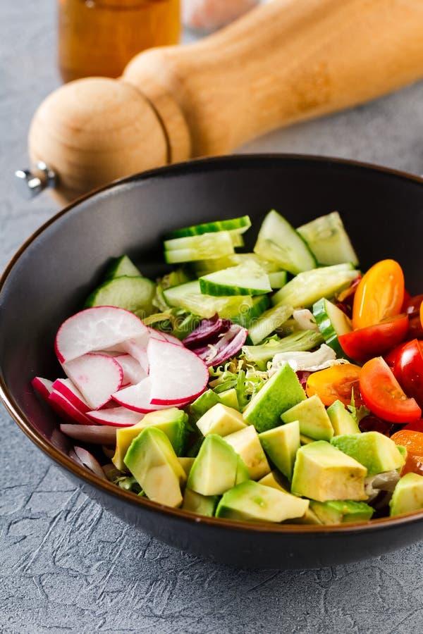 Weganinu Buddha puchar Zdrowa jarska sałatka z czereśniowymi pomidorami, ogórkiem, rzodkwią, avocado i sałatą, obraz stock