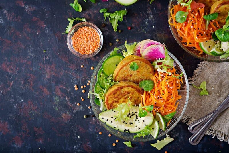 Weganinu Buddha pucharu jedzenia obiadowy stół zdrowa żywność Zdrowy weganinu lunchu puchar Fritter z soczewicami i rzodkwią, avo zdjęcia stock