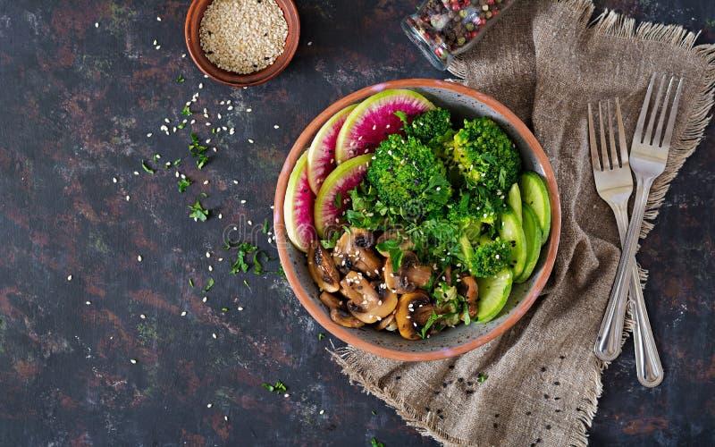 Weganinu Buddha pucharu jedzenia obiadowy stół zdrowa żywność Zdrowy weganinu lunchu puchar Piec na grillu pieczarki, brokuły, rz obraz royalty free