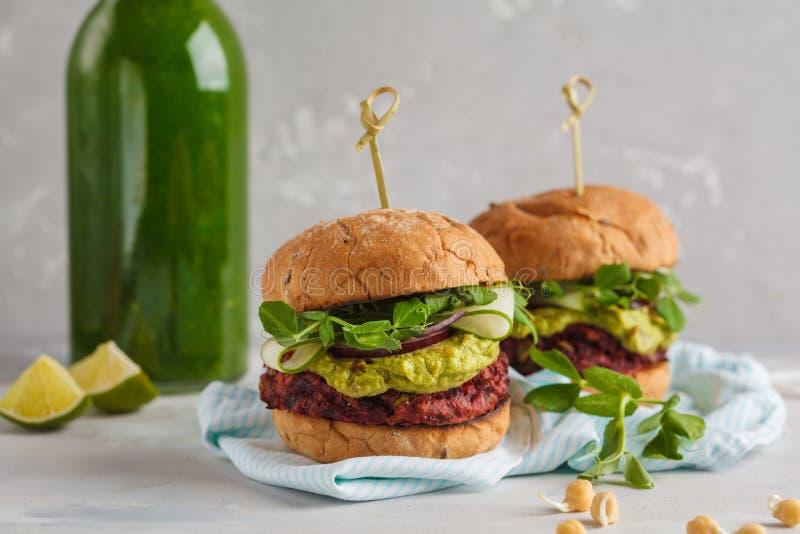 Weganinu chickpea ćwikłowi hamburgery z warzyw, guacamole i żyta b, fotografia stock