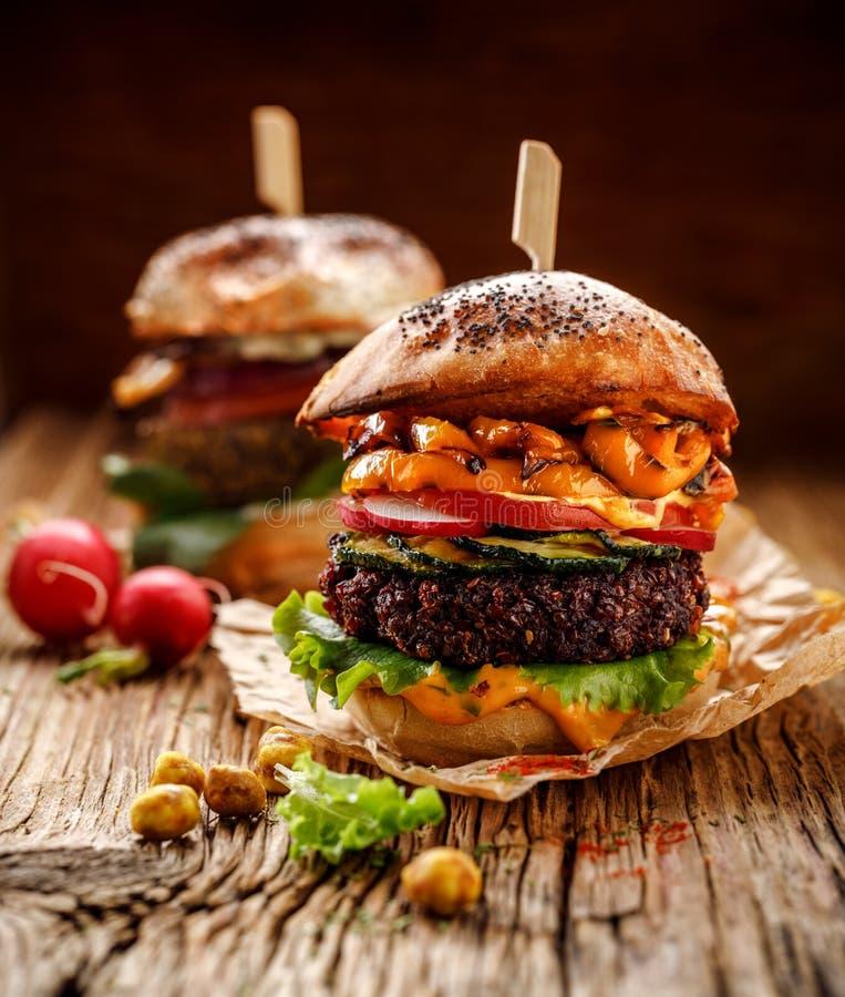 Weganinu hamburger, beetroot hamburger, domowej roboty hamburger z beetroot cutlet, kumberland, piec na grillu pieprzu, zucchini, zdjęcia stock