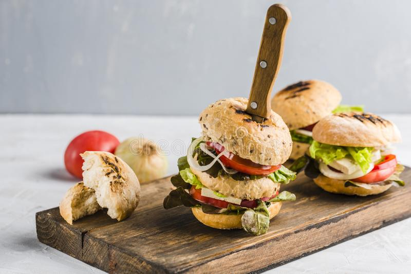 Weganinu hamburger z tofu pieczarkami i serem fotografia royalty free