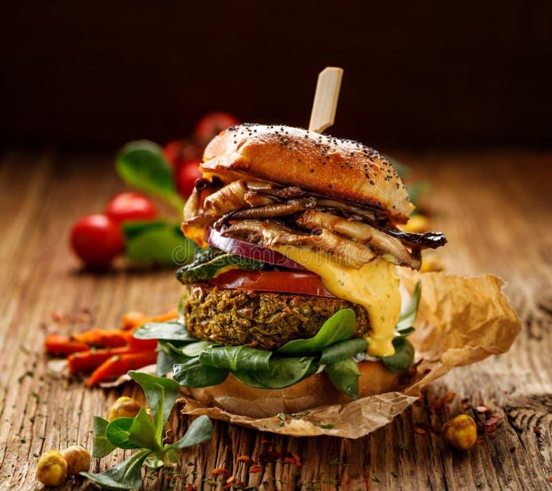 Weganinu hamburger, zielonych grochów hamburger, domowej roboty hamburger z zielonych grochów cutlet, piec na grillu pieczarki, p obraz stock