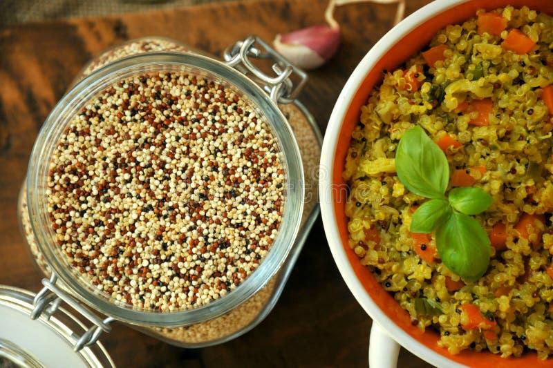 Weganinu naczynie: quinoa naczynie z warzywami obraz royalty free