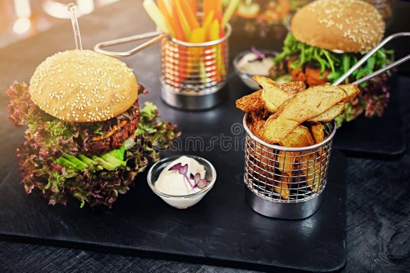 Weganinu pieczarkowy hamburger z sałatką fotografia royalty free