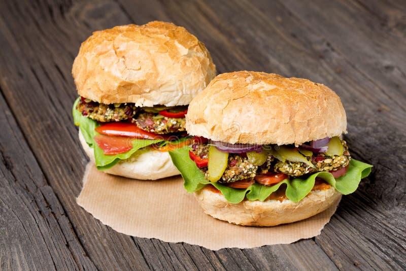 Weganinu Szwajcarskiego chard domowej roboty hamburgery obrazy stock