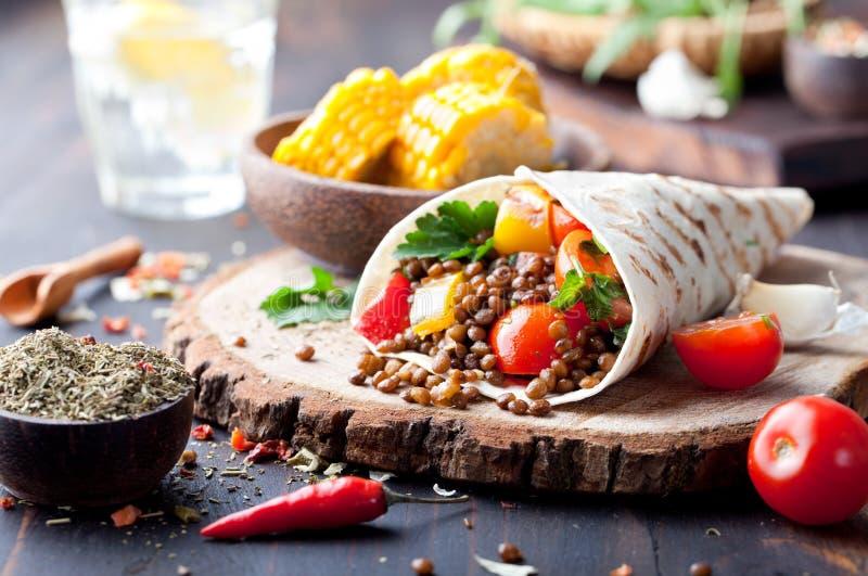 Weganinu tortilla opakunek, rolka z piec na grillu vegetabes, soczewica, kukurydzany cob obraz stock