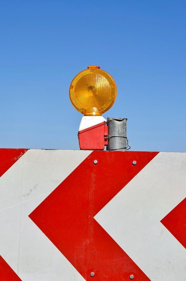 Wegbarrière en verkeerslicht stock foto