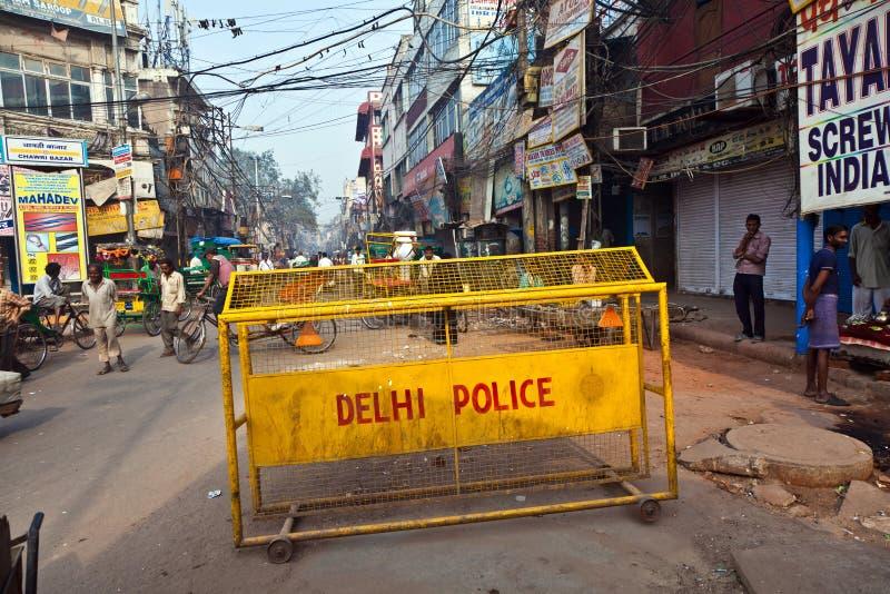 Wegbarrières van de politietribunes van Delhi rond het oude deel van stock foto