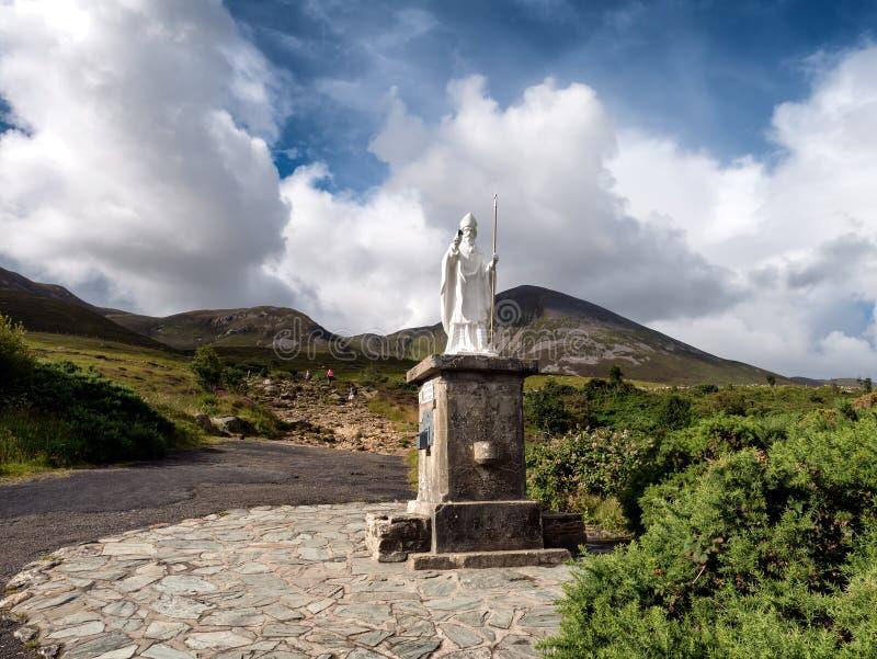 Wegbegin met standbeeld aan Croagh Patrick in Westport-Ierland royalty-vrije stock foto's