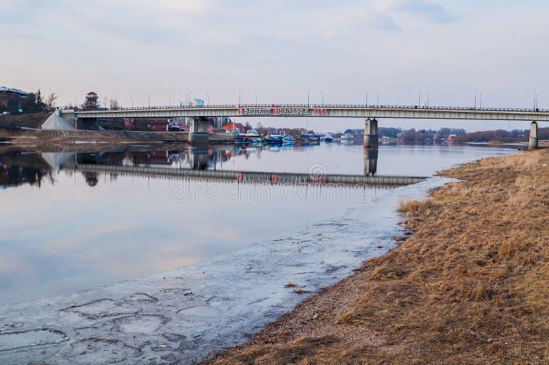 Wegbrug over de Volkhov-rivier in Veliky Novgorod, Rusland - spring mening op stock foto
