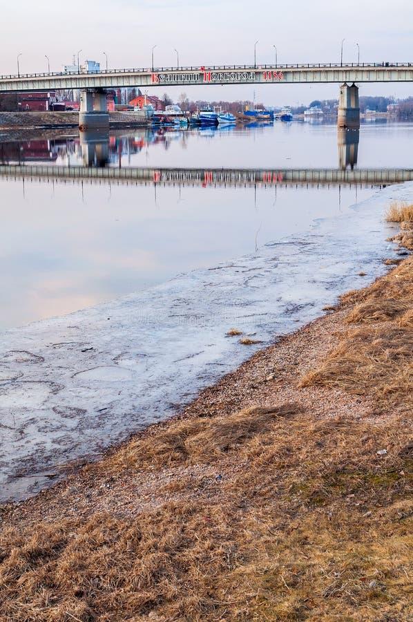 Wegbrug over Volkhov-rivier in Veliky Novgorod, Rusland - vroege de lentemening stock afbeelding