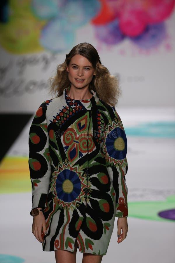 Wege Behati Prinsloo die Rollbahn an der Desigual-Modeschau während Mercedes-Benz Fashion Week Falls 2015 lizenzfreie stockfotografie