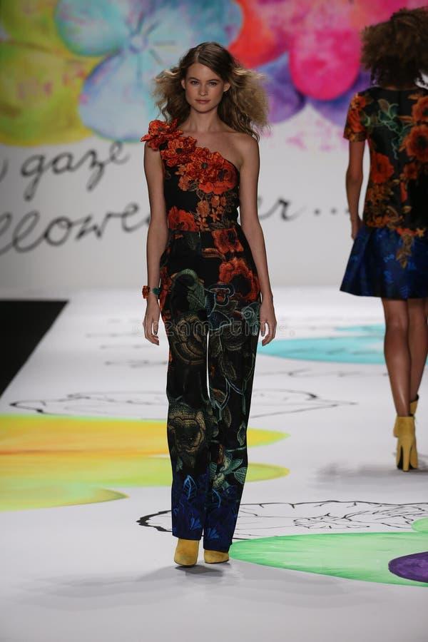 Wege Behati Prinsloo die Rollbahn an der Desigual-Modeschau während Mercedes-Benz Fashion Week Falls 2015 stockbilder