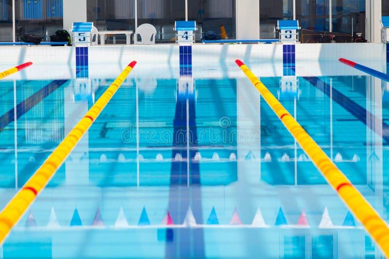 Wege eines Wettschwimmenpools lizenzfreie stockfotografie