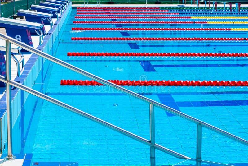 Wege eines Wettschwimmenpools stockfotografie