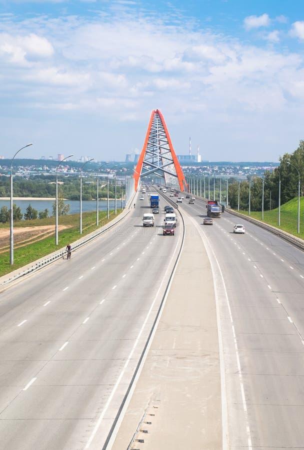 Wege mit Autos und roter Brücke lizenzfreie stockbilder